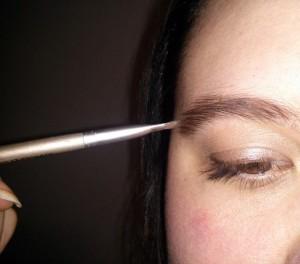 Maquillage simple du sourcil